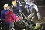Des secouristes sortent un des douze enfants pris au piège d'une grotte au nord de la Thaïlande.