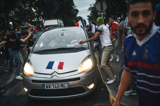 Circulation peu fluide sur les Champs-Elysées après la qualification des Bleus pour la finale de la Coupe du monde, le 10 juillet.