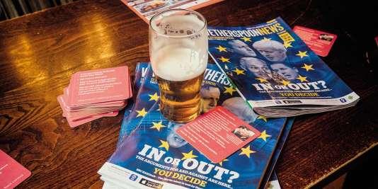 Dans les pubs de Tim Martin, des magazines maison et des sous-bocks défendent ses idées europhobes.