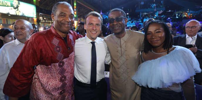 Le président français Emmanuel Macron au New Afrika shrine de Lagos avec le musicien nigérian Femi Kuti (à gauche) et le chanteur sénégalais Youssou N'Dour.
