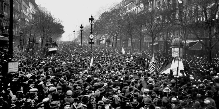 Scene de rue a Paris le jour de la signature de l'Armistice le 11 Novembre 1918  --- The crowd in the streets of Paris on November 11, 1918 the day of the signature of Armistice