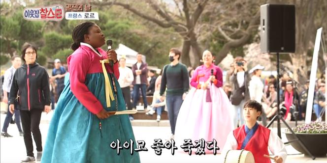 La Franco-Camerounaise Laure Mafo, vétu d'un hanbok sud-coréen,chante dans une rue de Séoul.