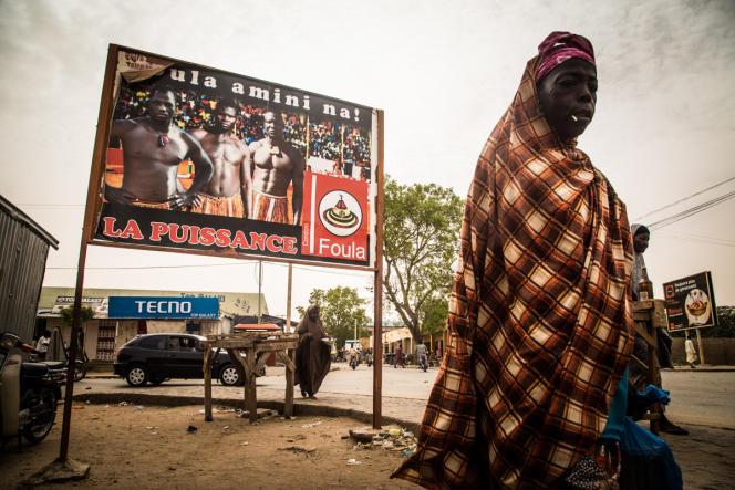 Une affiche de prévention contre le VIH figurant des lutteurs nigériens célèbres et le slogan «le chapeau est mon compagnon», à Maradi au Niger, en juin.