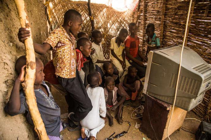 Des enfants regardent le match Sénégal-Pologne diffusé dans un vidéoclub de quartier à Maradi, au Niger, le 19 juin.
