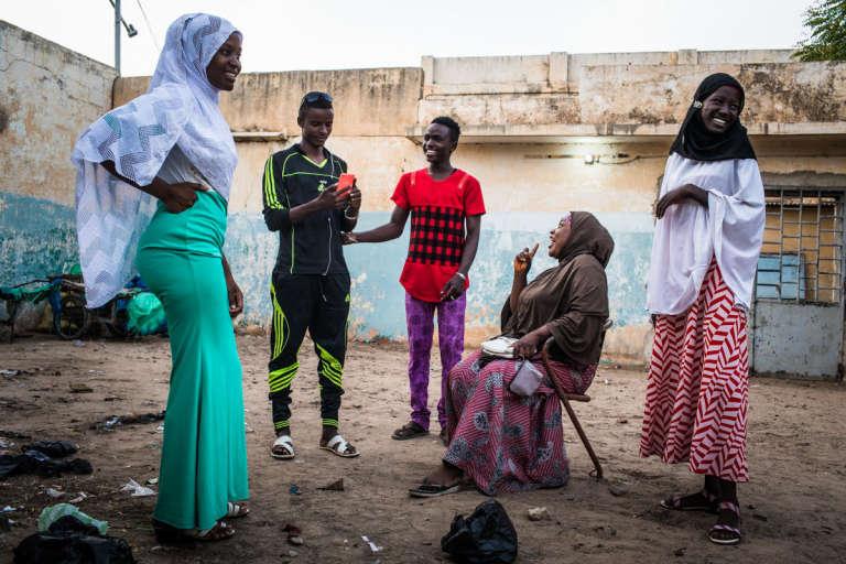 Les cinq «pairs éducateurs» et membres de la troupe de théâtre du projet Jades en train de répéter leur sketch avant le match Argentine-Croatie, à Maradi, Niger, le 21 juin.