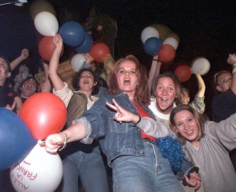 Des supportrices françaises à Nancy fêtent la victoire de la France.