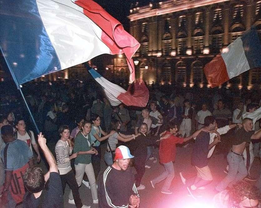 Les supporteurs dansent et fêtent la victoire, place Stanislas, à Nancy.