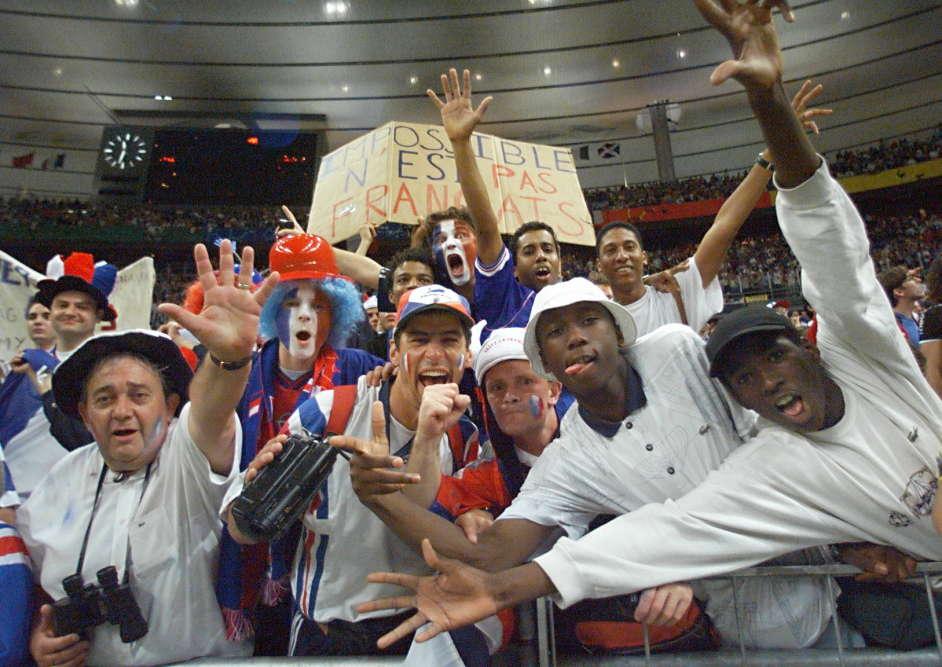 Après le match, dans les gradins du Stade de France, à Saint-Denis, les supporteurs sont déjà survoltés.