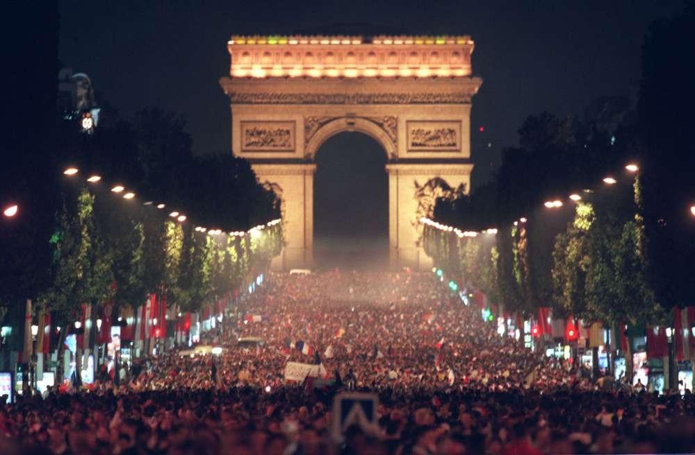 Quelques jours plus tôt, l'avenue des Champs-Elysées s'était remplie de milliers de supporteurs, après la victoire de la France.