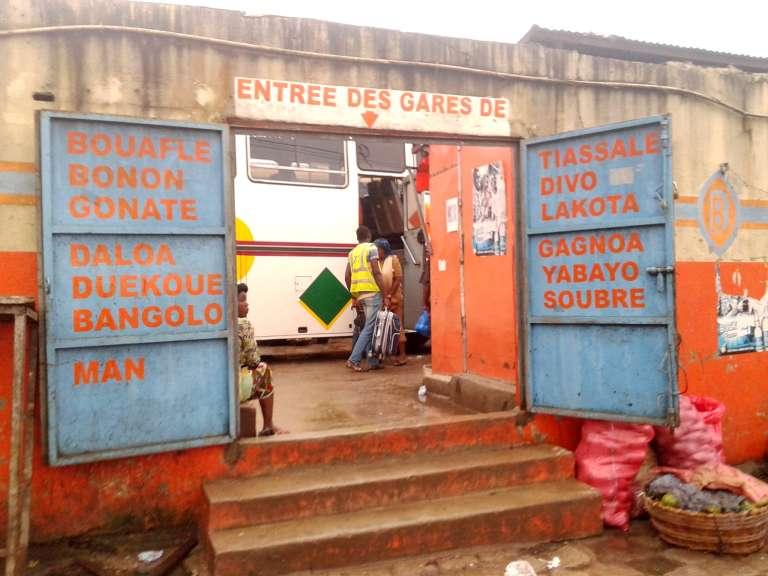 Entrée d'une gare routière dans le quartier d'Adjamé, à Abidjan.
