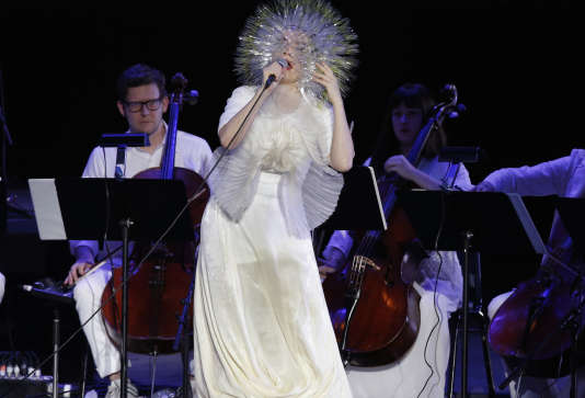 La chanteuse Björk en concert, à New York, en 2015.