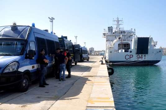 La police italienne près du navire« Diciotti», sur le quai du port sicilien de Trapani, le12 juillet2018.