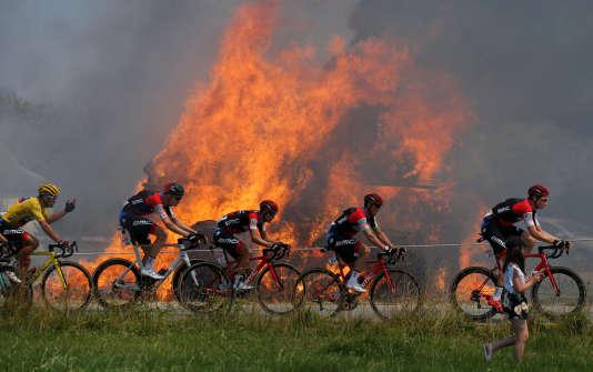 Le seul moment chaud de l'étape d'hier : des bottes de foin en feu.