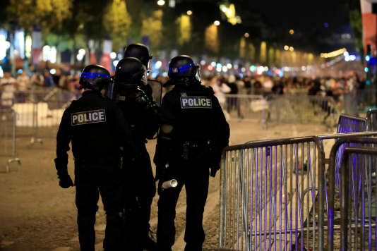 Des heurts avec les forces de l'ordre ont eu lieu après le match de demi-finale, sur les Champs-Elysées, le 11 juillet.