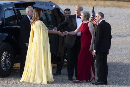 Donald et Melania Trump salués à leur arrivée par Theresa May et son mari.