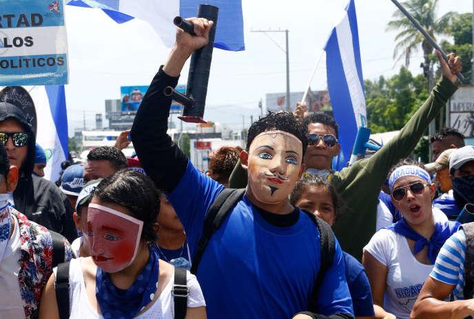 Des manifestants défilent contre le président Ortega.