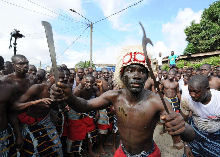 Un guerrier ébrié danse lors d'un festival dans le quartier d'Anono, à Abidjan, en 2012.