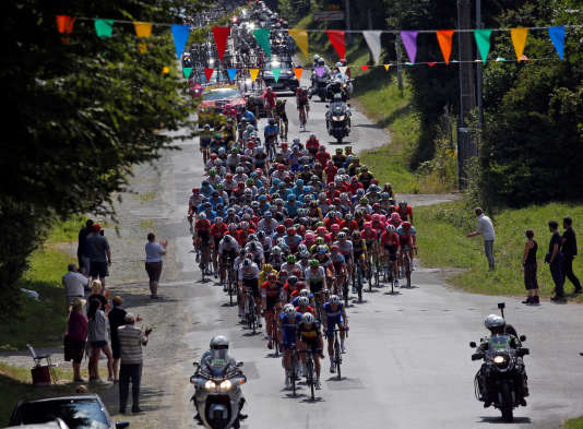 Tiens, c'est joli ces petits fanions multicolores. Ah, il y a une course cycliste qui passe en dessous, on n'avait pas vu.