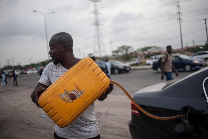 Les carburants sont vendus sur le marché noir à Lagos (Nigeria), en avril 2016.