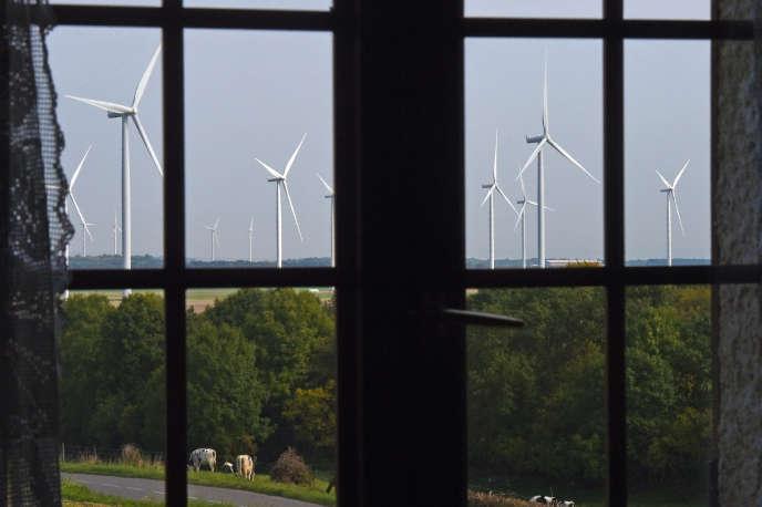 Des éoliennes vues d'une maison de Montagne-Fayel, dans la Somme, en septembre 2017.