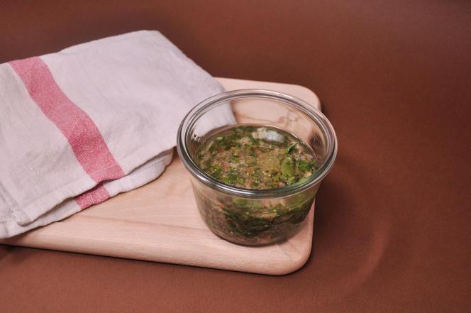 Contrairement à la sauce gribiche, la ravigote ressemble davantage à une vinaigrette qu'à une mayonaise.