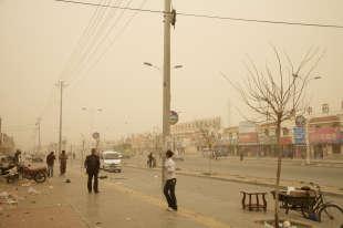 «Le sol stérile est fouetté par le vent de poussière jaune venant des nuages, donnantaux photographies de Benoit Aquin leur palette de couleurs distinctive. Ces nuages –chargés de pollution– traversent la Chine, la Corée et le Japon.»