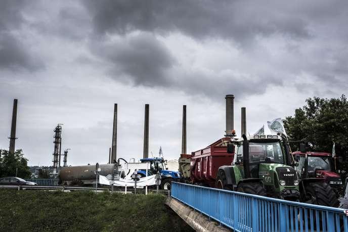 Des agriculteurs de la FNSEA bloquent l'accès à la raffinerie de Feyzin, près de Lyon, le 13juin.