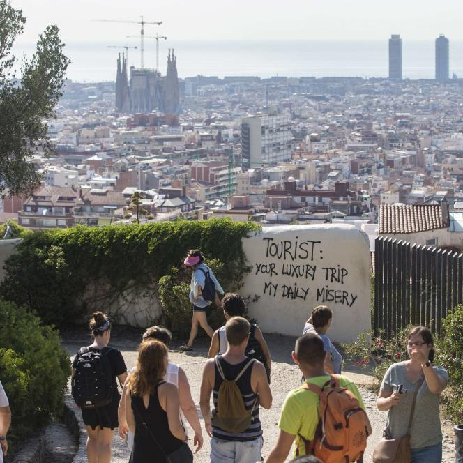 Un graffiti anti-touristes dans le parc Güell Park, à Barcelone. Certains habitants dénoncent l'afflux massif de touristes, en particulier depuis la location d'appartements illégale