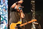 Réda Allali, chanteur et guitariste du groupe Hoba Hoba Spirit, le 22 juin 2018 sur scène aufestival Gnaoua et Musique du monde d'Essaouira.