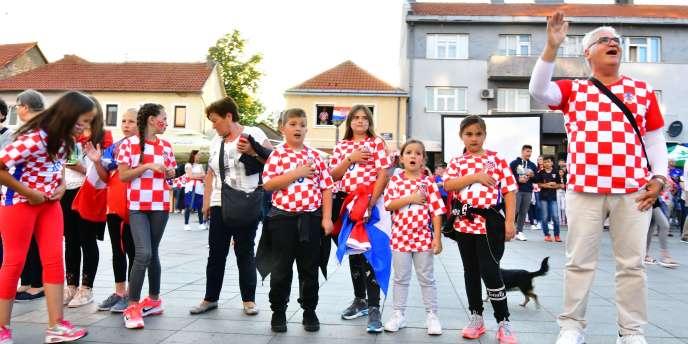 Le fameux maillot à damier croate, toujours utile pour un pique-nique.