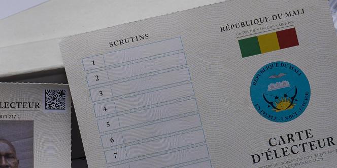 Une carte d'électeur sécurisée diffusée lors d'une distribution à Bamako le 20 juin 2018, avant la prochaine élection présidentielle du 29 juillet.