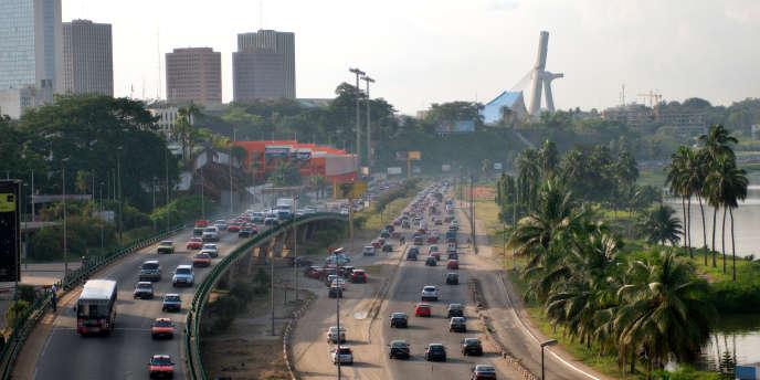 Le boulevard De Gaulle d'Abidjan rejoint le quartier de Cocody depuis le centre d'affaires du Plateau.