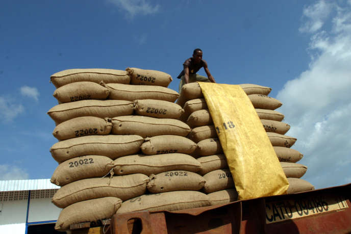 Une cargaison de cacao à Saf-Cacao, l'une des usines de San Pedro, le principal port exportateur de cacao du sud-ouest de la Côte d'Ivoire, le 28 octobre 2004.