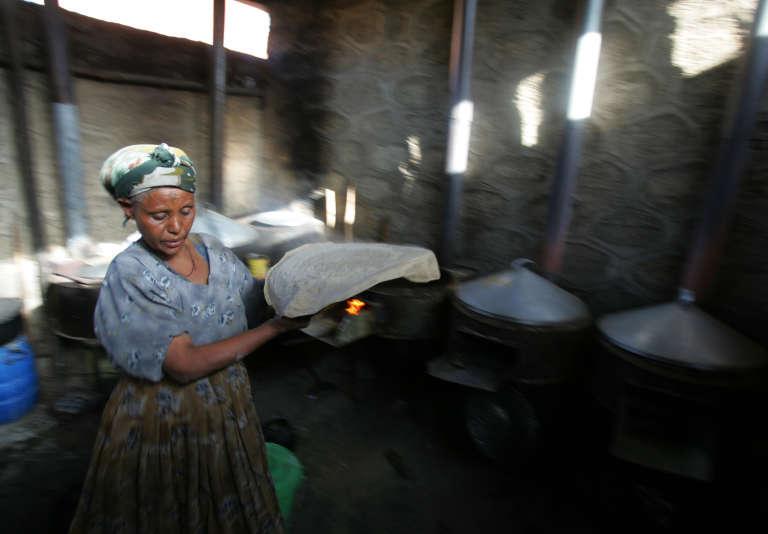 Une Ethiopienne prépare des injera, des galettes traditionnelles réalisées avec de la farine de teff.