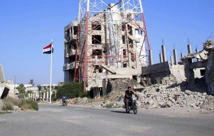 L'étendard du régime syrien flotte sur les quartiers sud de Deraa, le 12 juillet.