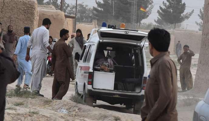 Une ambulance sur les lieux de l'attentat de Mastung, au Pakistan, vendredi 13 juillet.