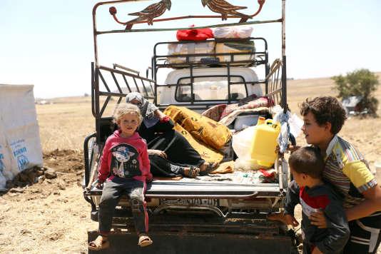 Des réfugiés de la province de Deraa à Kuneitra, sur le plateau de Golan, le 11 juillet.