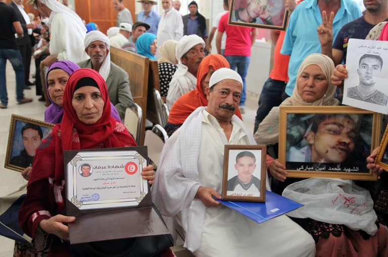 Des familles de victimes de la révolution tunisienne dans le palais de justice de la ville de Kasserine, au centre du pays, le 13 juillet 2018.