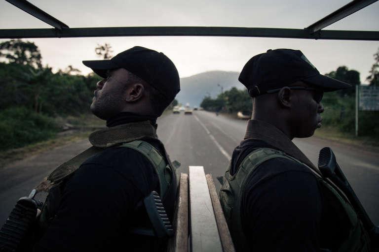 Des soldats camerounais patrouillent dans la ville de Buéa, dans la région anglophone du Sud-Ouest, théâtre d'affrontements depuis la déclaration symbolique de sécession le 1er octobre 2017.
