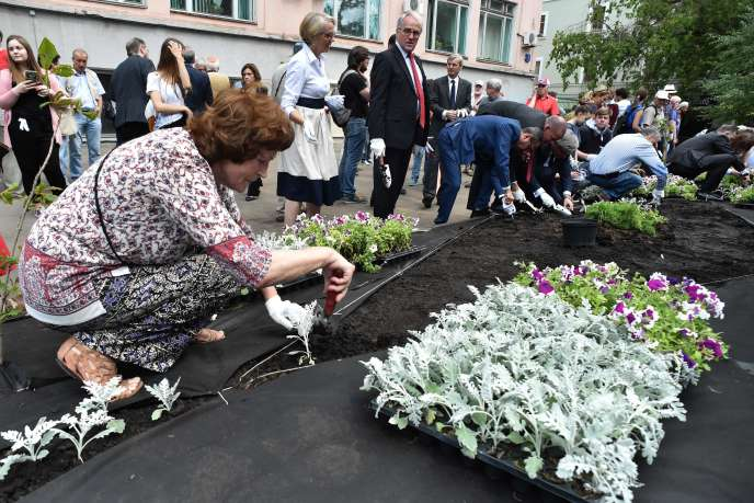 Recueillement avant l'inauguration d'un jardin public en mémoire d'Anna Politkovskaïa, le 13 juillet 2018 à Moscou.