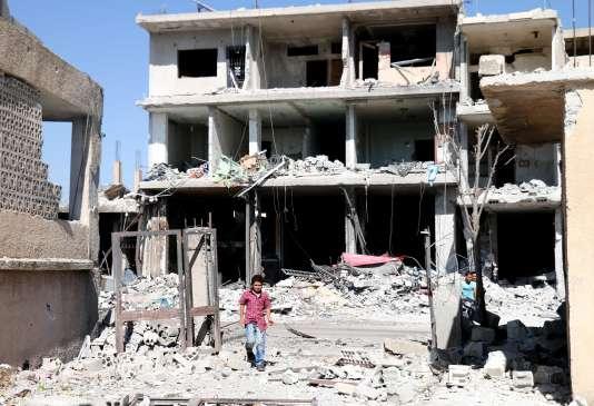 Bâtiments en ruines après que les forces de l'armée syrienne ont bombardé la ville rebelle de Nawa, à 30 kilomètres au nord de Deraa, le 11 juillet.