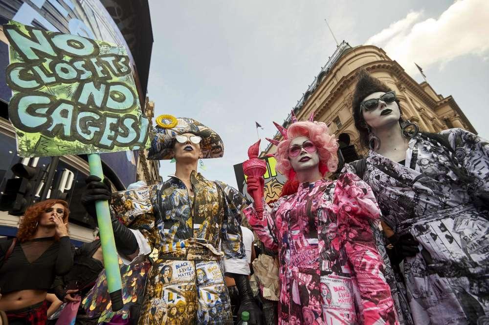 Une vingtaine d'artistes drag queen ont pris part au défilé.