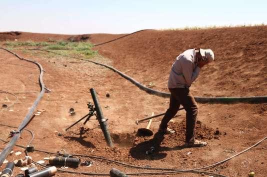 Un rebelle syrien combat contre les forces progouvernement, dans l'ouest de la province de Deraa, le 10 juillet.