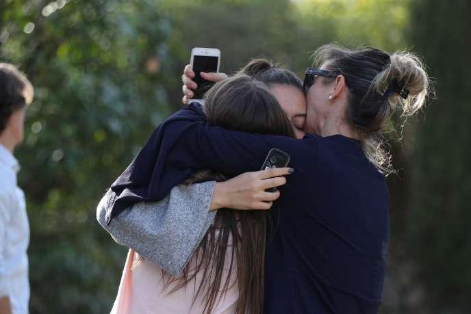 Les familles se retrouvent après l'évacuation du lycée Tocqueville, à Grasse, le 16 mars 2017.