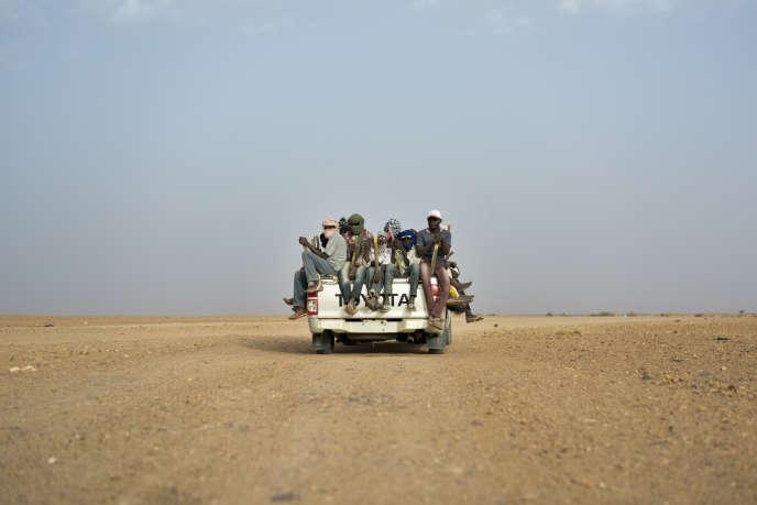 Un véhicule part d'Agadez, au Niger, pour gagner la Libye, grand pays de flux migatoires.