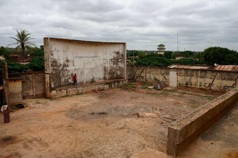 Aujourd'hui, il ne reste plus du cinéma Guimbi que le vieux mur porteur en béton sur lequel étaient projetés les longs-métrages.