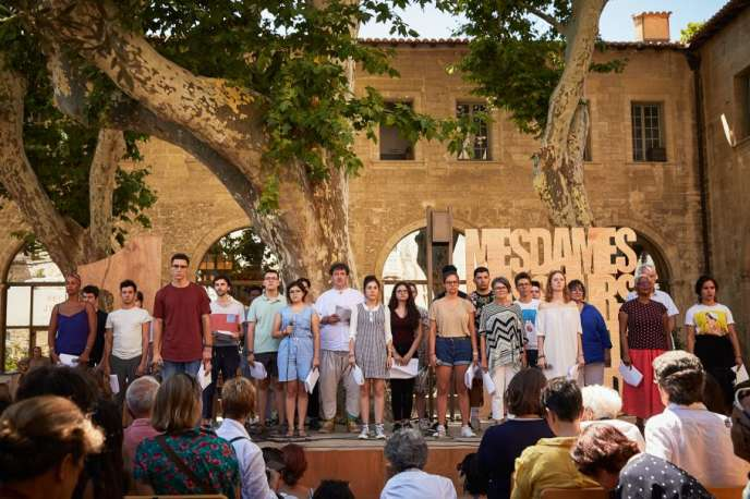 «Mesdames, messieurs et le reste du monde», le feuilleton théâtral proposé par David Bobée dans le jardin de la bibliothèque Ceccano au Festival d'Avignon.