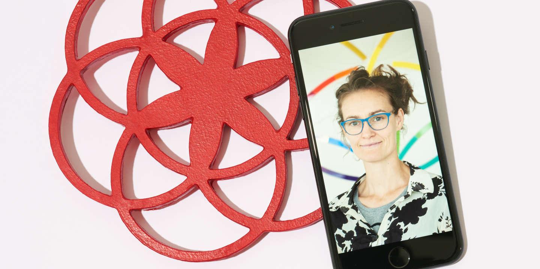 Mise en scène pour Le Monde, Pixels, réalisée à Paris le 12/07/2018 par Martyna Pawlak. Légende de l'image intégrée dans le smartphone : Portrait Ida Tin dans son bureau à Berlin, entrepreneuse danoise, auteure et aventurière, qui a créé l'application Clue, une application pour la santé concernant  les menstruations des femmes (10 millions d'utilisateurs), elle est également à l'origine du terme