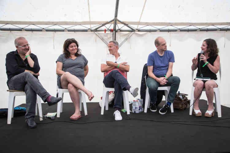 De gauche à droite, Richard Werly, Raquel Garrido, Gérard Davet, Fabrice Lhomme et Elisabeth Lévy lors de la conférence «Quand journalistes et politiques échangent leurs places».