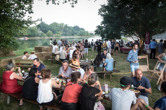 Le Festival international de journalisme de Couthures-sur-Garonne, c'est aussi des moments de convivialité autour de repas préparés par des producteurs locaux.
